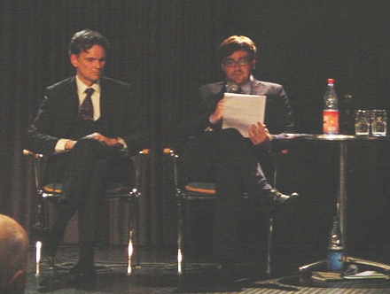 Gordian Meyer-Plath (links) bei einer Podiumsdiskussion in Pirna. Bild: Sastognuti, http://commons.wikimedia.org; Lizenz: CC-BY-SA-3.0